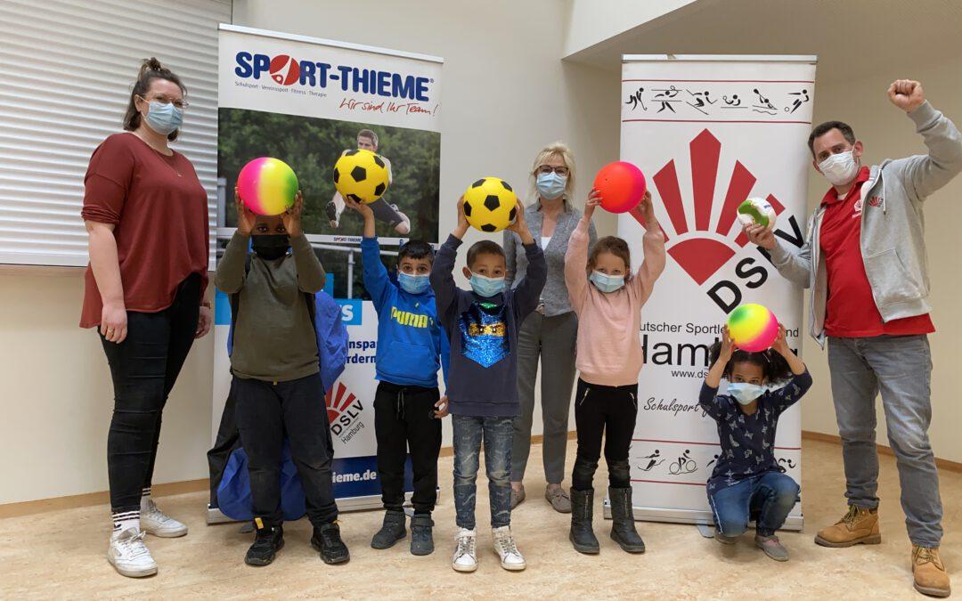 Freude über eine Ballspende vom Deutschen Sportlehrerverband und von Sport-Thieme